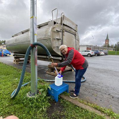 Anneli Kupsanen haki vettä Juvan uimahallin edustalta torstaina. Veden keittokehotus jatkuu edelleen vedessä havaitun enterokokki-bakteerin vuoksi.