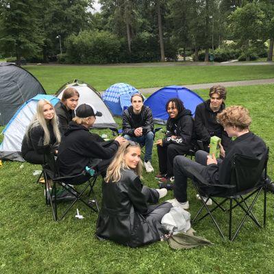 Abiturientit valvovat viimeisen lomayön Alppipuistossa.