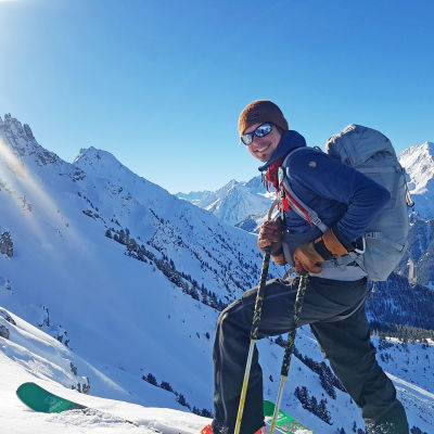 Fredrik Aspö på skidor uppe i bergen.