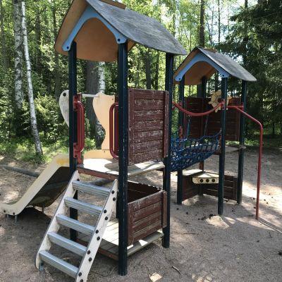 Teline ja liukumäki Porin Pietniemessä sijaitsevassa Kanukanpuiston leikkipuistossa.