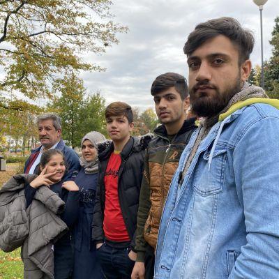 Mahmoud Alalin perhe poseeraa kameralle Varkauden kirjaston pihalla.