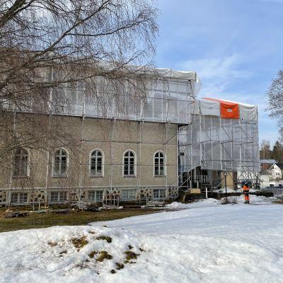Museorakennus, jonka katto on suojattu pressuilla.