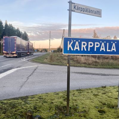 Kärppälänraitin risteys Pirkanmaantiellä, n. 1,5 km Tanja Kankaanpään kotoa. Kankaanpään mukaan hänen lapsensa syyslukukauden 2021 ensimmäinen koulupysäkki ilmoitettiin tähän risteykseen.