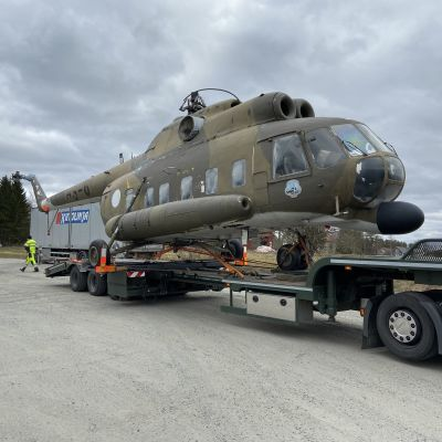 Mi-8-helikopteri saapui Tuulosen kauppakeskuksen pihaan.