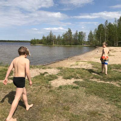 Kaksi poikaa Papinjärven uimarannalla Oulussa.