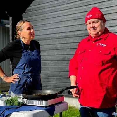 Tanskalainen kokki Anne Hjernøe paistaa maivoja yhdessä kokki Janne Pekkalan kanssa tv-sarjan kuvauksissa Iissä.