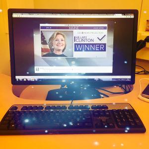 Dataskärm med bild på Hillary Clinton