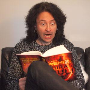 Kirjabloggaaja Tomi Norha lukee Ilkka Remeksen Kiirastulta muka-kauhuissaan.