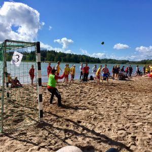 Handbollsspelare på stranden i Ekvalla.