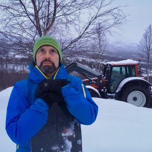 Aadne Olsrud blickar upp mot Blåbärsfjället. Han har deltagit i många räddningsoperationer, men det här är den tyngsta.