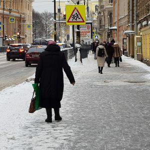 Fotgängare går på trottoar i Sankt Petersburg.