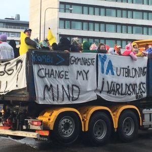 Abiturienter på lastbilsflak firar penkis i Vasa.