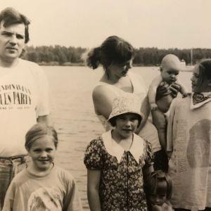 Outi Airolan perhe meren rannassa Kokkolassa.