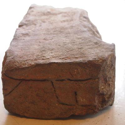 TEgelsten med nyckelbild som hittades vid Aboa Vetus & Ars Novas arkeologiska utgrävningar.