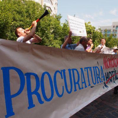 mielenosoitus Moldovan pääsyyttäjänviraston edessä Chisinaussa