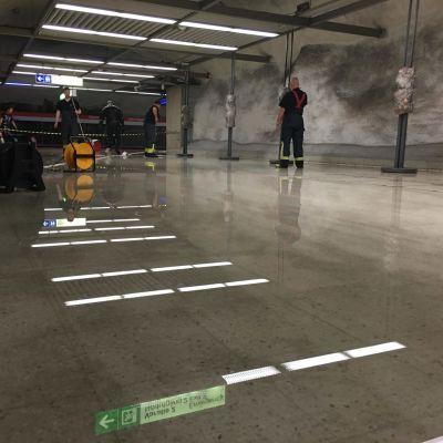 vattenskada putsas på metrostation