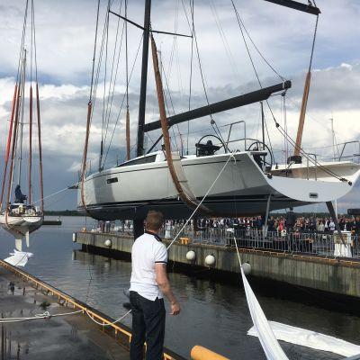 Jubileumsmodellen Swan Club 50 sjösätts under 50årsfestligheter