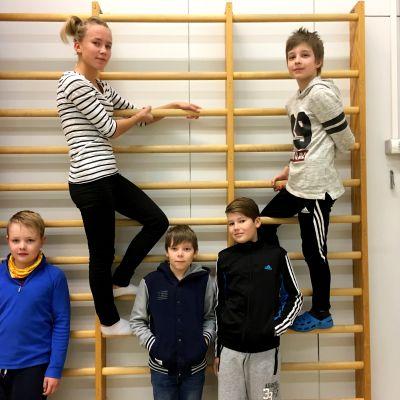 Eleverna Adam Näslin, Emilia Holm, Hugo Sundsten, William Bredgård och Emilia Holm i Petsmo skolas gymnastiksal.