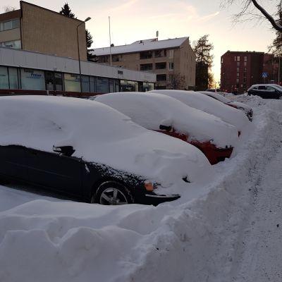 Insnöade bilar invid Kiskovägen i Brunakärr.