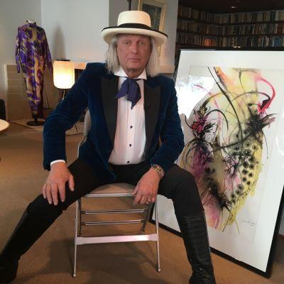 Jukka Rintala sitter på en stol.