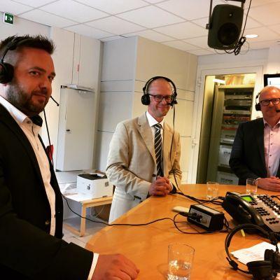 Stadsdirektörskandidater med mikrofoner på i radiostudion.