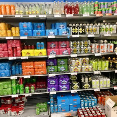 Butikshylla med cider och alkoläsk.