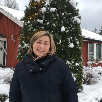 Bild på Tanja Ljungqvist utanför sitt hem i Ingå.