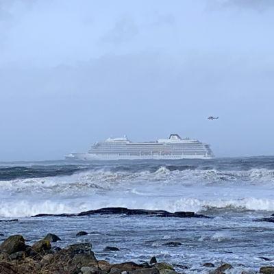 Kryssningsfartyget Viking Sky utanför den norska kusten den 23 mars 2019.