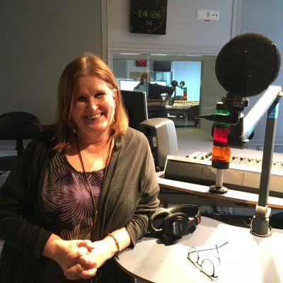 Anne Sseruwagi i en radiostudio.