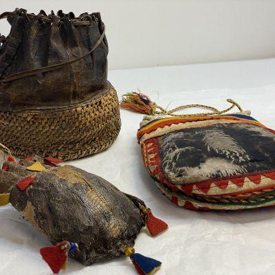 Kolttasaamelaisia vanhoja laukkuja Siidan kokoelmissa.