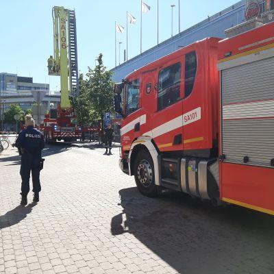 Satakunnan pelastuslaitoksen paloauto Porin kävelykadulla