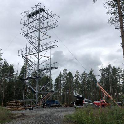 Pohjaslahden näkötornin teräsrunko on jo pystyssä, puuosia asennetaan vielä.