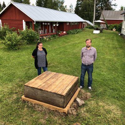 Jenny Ruskela ja Teemu Pulkkinen seisovat kaivonsa molemmin puolin.