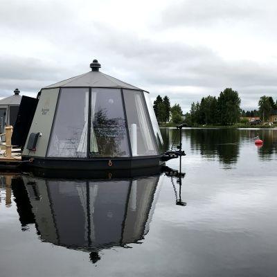 Kuvassa kelluva iglu Oulujoella.
