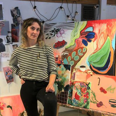 Laura Annala taideteostensa äärellä ateljeessa Lapualla.