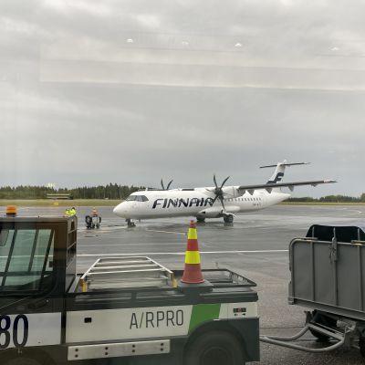 Finnairin kone lentokentällä.
