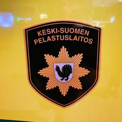 Keski-Suomen pelastuslaitoksen tunnus ambulanssin kyljessä.