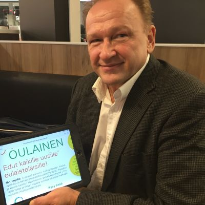 Oulaisten elinkeino- ja kehitysjohtaja Jarmo Soinsaari esittelee Koe Oulainen -markkinointisivua.