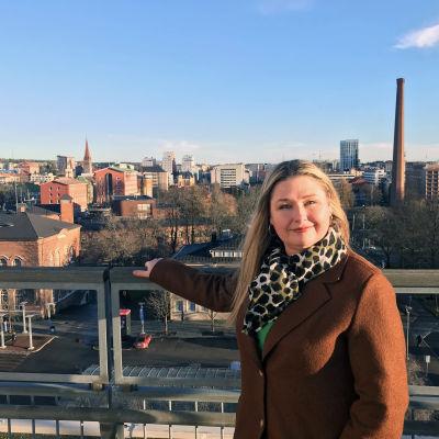 Marika Vapaavuori Tampereen virastotalon katolla.