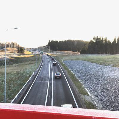 Lahden uusi eteläinen kehätie Hollolan puolelta, Nostavan risteyssillalta Lahden suuntaan kuvattuna.
