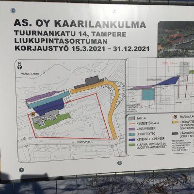 Korjauskyltti Tampereen Kaarilan rivitalotontin sortuman vieressä. Sen mukaan työlle varataan aikaa maaliskuusta 2021 vuoden loppuun.