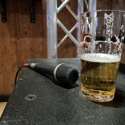 Mikrofoni ja oluttuoppi