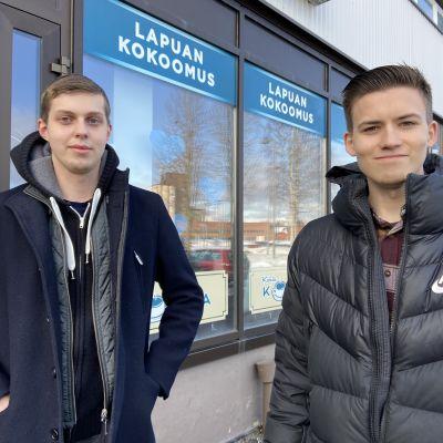 Lapuan kokoomusnuoret Jaakko Kosola ja Henrik Seppä-Lassila kokoomuksen toimiston edessä.