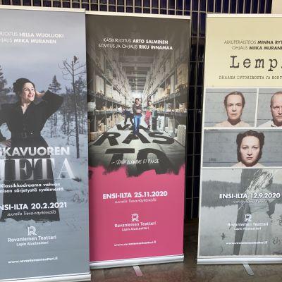 Näytelmien mainosjulisteita Rovaniemen teatterin aulassa.