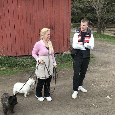 Viola och Miikka ute med hundarna.