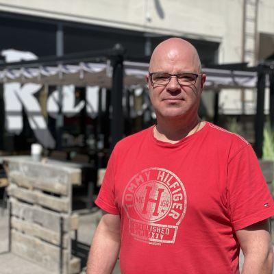 Mies seisoo ravintolan terassin edessä