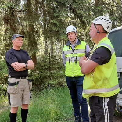 Palaver vid vägkanten om Fagerviksvägens reparationsarbeten våren 2021. Otto von Frenckell, Tuomas Vasama och entreprenören Ari Väätäinen.