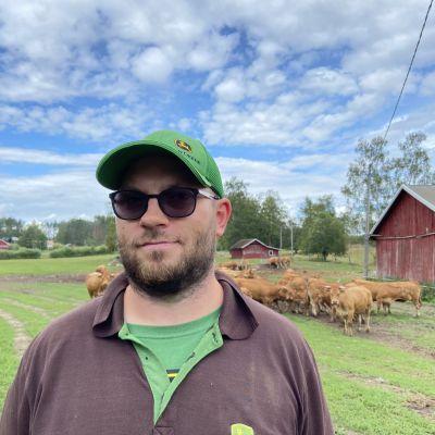 Juvan Hietjärvellä pellon laidalla kuvattuna lihakarjan kasvattaja Joel Puhakainen.