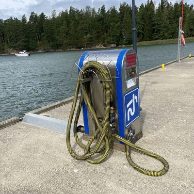 Det är tystare vid septiktanken i Barösund i augusti. Inför Barösund väntas rusningen i hamnen ändå tillta.