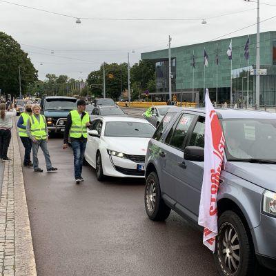 Bilar i kö i protest utanför riksdagshuset.